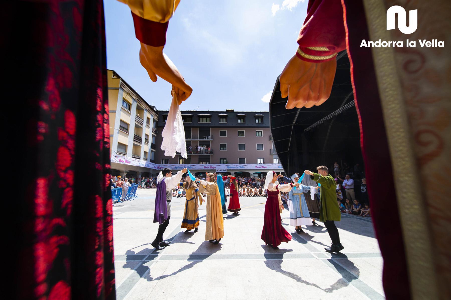 L'Esbart Dansaire d'Andorra la Vella amb els Gegants.
